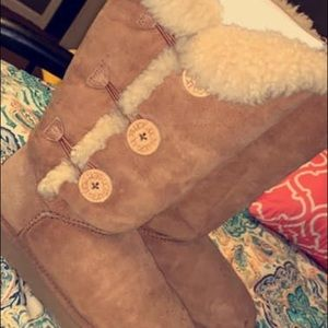 Tall chestnut Bailey Button UGGs